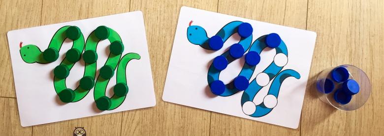 jeu du serpent avec des bouchons en plastique